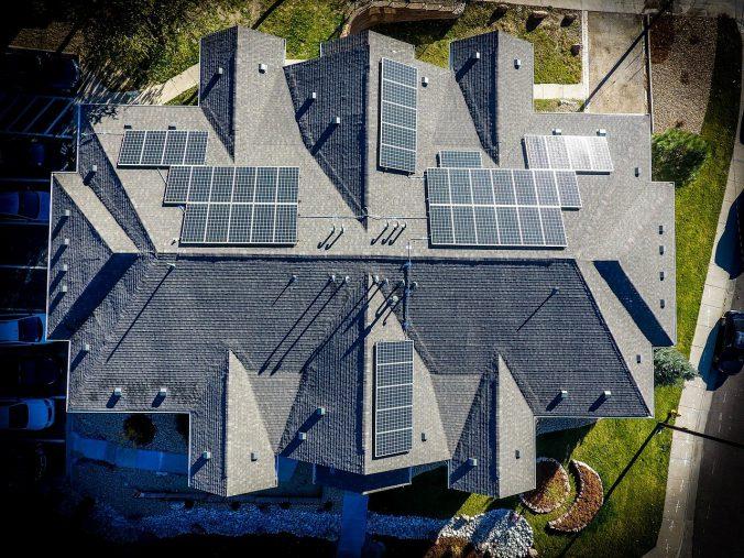 dom na kredyt hipoteczny - dach z fotowoltaiką nad głową